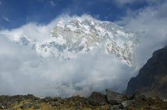Snöig sydlig vägg av den huvudsakliga maximala Annapurnaen, tusendel åtta royaltyfri bild