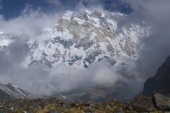 Snöig sydlig vägg av den huvudsakliga maximala Annapurnaen, tusendel åtta royaltyfria bilder
