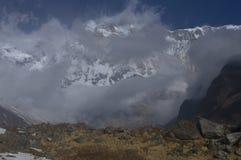 Snöig sydlig vägg av den huvudsakliga maximala Annapurnaen, tusendel åtta arkivfoto