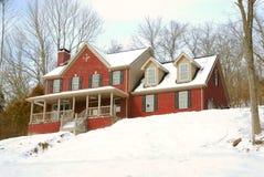 snöig tegelstenbackhus Arkivbild