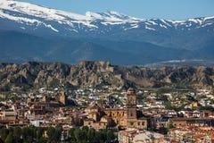 Snöig toppig bergskedja Nevada som visas från Gaudix, Spanien arkivfoton