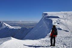 snöig toppmöte för bergsbestigare Arkivbild