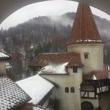 Snöig torn av klislottDraculas slott, Rumänien arkivbild