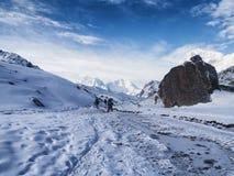Snöig Trekking rutt till Gorak Shep Royaltyfria Bilder