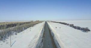Snöig väg för vinter med auto flyg- sikt arkivfilmer