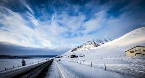 Snöig väg med fantastisk himmel Arkivfoto