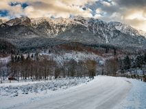 Snöig väg till bergen Arkivbild