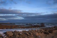 Snöig väg till havet mot cloudly en himmel royaltyfri bild
