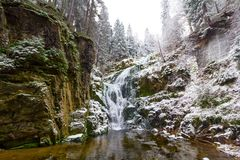 Snöig vattenfall i parkera, vinterlandskap Fotografering för Bildbyråer