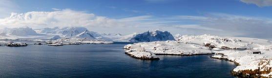 Snöig Vernadsky station i Antarktis Arkivbilder
