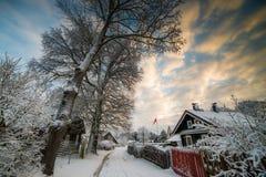 Snöig vinter i den Europa byn arkivbild