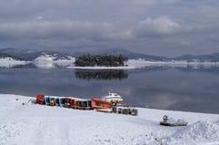 Snöig vinter - pedalos och fartyg under snön Arkivfoto