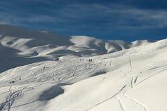 Snöig vinterberg - de franska fjällängarna - skidåkning Arkivbilder