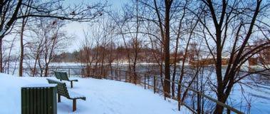 Snöig vinterplats för flod Arkivfoto