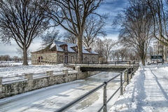 Snöig vinterplats för flod Arkivbild