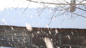 Snöig vinterplats i stad snöfall i liten gata med färgrika trähus arkivfilmer