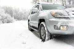 Snöig vinterväg bak en bil Royaltyfria Bilder