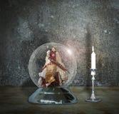 Snöjordklot med ängel- och stearinljusljus Royaltyfri Fotografi