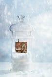 Snöjordklot med sommarhuset Royaltyfri Foto