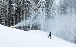 Snökanonkast på skidakörningarna Arkivfoto