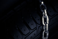 Snökedjor på gummihjulet Arkivfoto