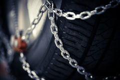 Snökedjor på gummihjulet Royaltyfri Bild