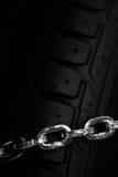 Snökedjor på gummihjulet Royaltyfri Foto
