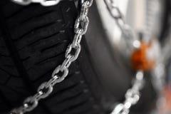Snökedjor på gummihjulet Royaltyfria Foton