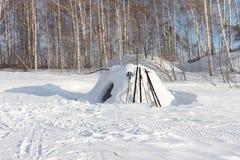 Snökonstruktion av igloo Arkivfoto