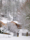 Snölandskap med huset och träd Royaltyfria Foton