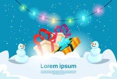 Snöman med det närvarande kortet för hälsning för nytt år för askjulberöm Royaltyfri Foto