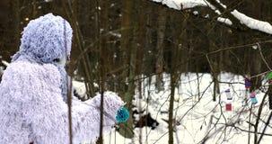 Snömansagatecken i längd i fot räknat för fantasi 4K för vinterskog utomhus- lager videofilmer