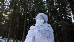 Snömansagatecken i längd i fot räknat för ultrarapid för fantasi för vinterskog utomhus- arkivfilmer