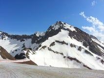 Snömaxima av bergen och den blåa himlen Royaltyfri Foto