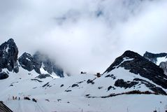 Snömoln och berg royaltyfri bild
