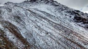 Snönedgång på det höga berget Royaltyfria Foton