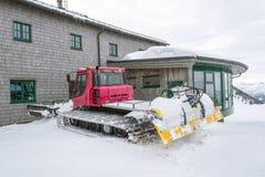 Snöplog- och kabeljärnvägsstationen på berget överträffar Wallberg som täckas med snö, bayerska fjällängar, Bayern, Tyskland royaltyfri fotografi