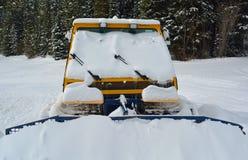 Snöplog som klibbas i snön Arkivbild