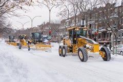Snöploger gör klar snö från vägen arkivbilder