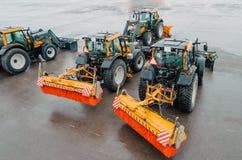 Snöplogtraktorer på flygfältet på flygplatsen snowblower Arkivbild