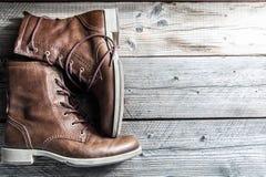 Snör åt den övre sikten för slutet av bruna skor för rengöringen för den lädermannen som eller kvinnan nya torra visar i detalj Royaltyfri Foto
