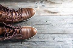 Snör åt den övre sikten för slutet av bruna skor för rengöringen för den lädermannen som eller kvinnan nya torra visar i detalj Royaltyfri Bild