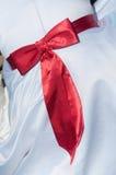 Snör åt den röda siden- pilbågen för den vita bröllopsklänningen kläder för bandet för mode för fnuren för brudkvinnabaksida Royaltyfri Bild