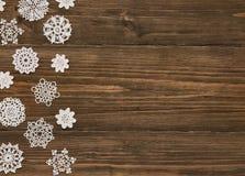 Snör åt Wood bakgrund för snöflingor, julsnöflinga garnering fotografering för bildbyråer