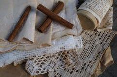 Snöra åt av handwork och pinnen av kanel Arkivbilder