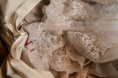 Snöra åt bröllopsklänningen royaltyfria bilder