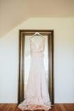 Snöra åt den bohemiska bröllopsklänningen Arkivfoto