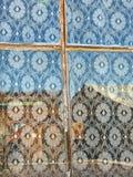 Snöra åt gardiner - fönsterram Arkivfoto