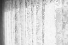 Snöra åt gardiner mot ett fönster med en solig dag bröllop royaltyfri foto