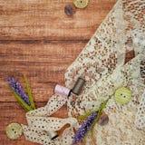 Snöra åt och draga på träbakgrund Royaltyfria Bilder
